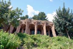 一个石走道的低角度照片由曲拱形成了在公园Guell,做由西班牙建筑师Gaudi 免版税库存照片