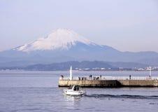 一个码头和汽车在富士山背景 日本的风景 镰仓 库存照片