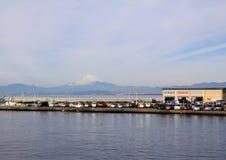 一个码头和汽车在富士山背景 日本的风景 镰仓 免版税库存照片
