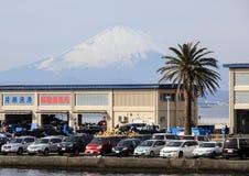 一个码头和汽车在富士山背景 日本的风景 镰仓 免版税库存图片