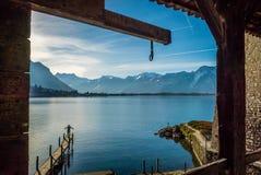 一个码头的人在湖前面 免版税图库摄影