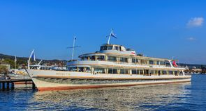 一个码头的MS海尔维第在湖苏黎世 库存照片