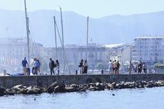 一个码头的游人对著名喷泉在莱芒湖,瑞士 免版税库存图片