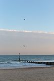 一个码头的金黄日落光在一个海滩的与沙子和没有云彩在天空在一个海滩在欧洲 库存照片