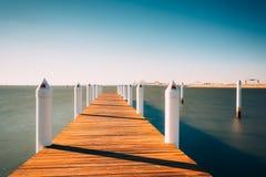 一个码头的长的曝光在切塞皮克湾的,在肯特海岛, M 免版税库存照片