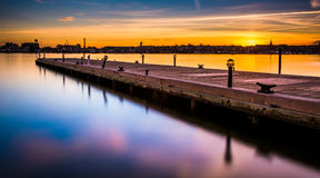 一个码头的长的曝光在日落的,击倒点,巴尔的摩, Ma 免版税图库摄影