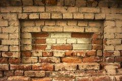 一个砖墙的脏的都市背景有一个老在服务范围外投币式公用电话的 库存照片