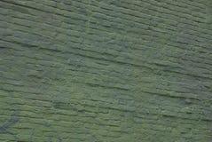 一个砖墙的绿色背景在一栋居民住房的门面的 图库摄影