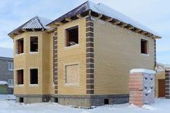 一个砖家的建筑在冬天 免版税库存照片