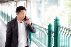 一个确信的商人谈的手机电话的画象 免版税库存照片
