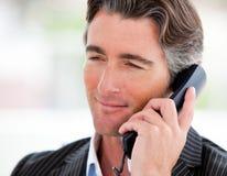 一个确信的生意人的纵向在电话的 免版税库存图片
