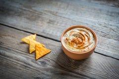 一个碗与玉米片的hummus 免版税图库摄影