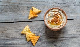 一个碗与玉米片的hummus 免版税库存照片