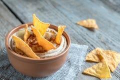 一个碗与玉米片的hummus 免版税库存图片