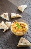 一个碗与皮塔饼切片的hummus 免版税库存图片