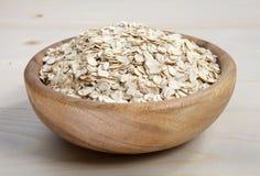 一个碗在木表面的燕麦剥落 库存图片