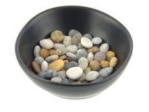 一个碗在柔光的混杂的海滩小卵石 图库摄影