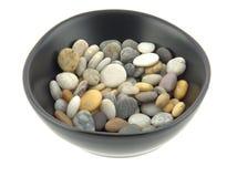 一个碗在柔光的混杂的海滩小卵石 免版税库存照片