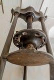 从一个磨房的一则老橄榄色的新闻在北可西嘉岛 免版税库存照片