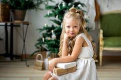 一个礼物小的逗人喜爱的女孩梦想  做愿望的女孩 快活的圣诞节节日快乐 图库摄影