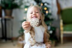 一个礼物小的逗人喜爱的女孩梦想  做愿望的女孩 快活的圣诞节节日快乐 免版税图库摄影