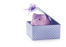 一个礼物盒的存钱罐在白色 免版税库存照片