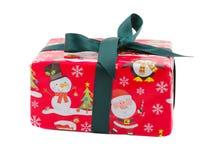 一个礼物盒,在与圣诞老人和雪人印刷品的红色纸和有一条绿色丝带的 查出 库存图片