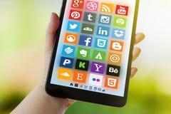 一个社会媒介概念-各种各样的社会应用略写法汇集在智能手机屏幕上的 免版税库存照片