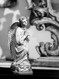 一个祈祷的天使的雕象在布拉格 库存图片