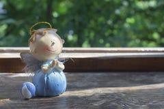 一个祈祷的天使的雕象 免版税库存照片