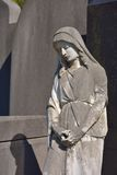 一个祈祷的天使的雕象 库存图片