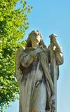 一个祈祷的天使的雕象 库存照片