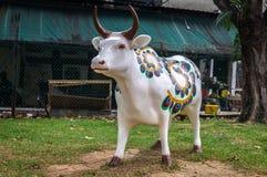 一个神圣的印度母牛雕象在一点印度,新加坡 库存图片