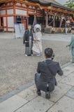一个神道的信徒的婚礼的摄影师在Yasaka京都寺庙日本 免版税库存图片