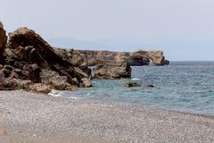 一个离开的海滩的看法在海岛克利特希腊上的 免版税库存照片