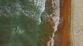 一个离开的海滩的顶视图在峭壁附近的 爱奥尼亚海的希腊海岸 股票视频