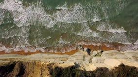 一个离开的海滩的顶视图在峭壁附近的 爱奥尼亚海的希腊海岸 股票录像