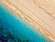 一个离开的海滩的顶视图 爱奥尼亚海的希腊海岸 免版税库存照片