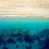 一个离开的海滩的顶视图 爱奥尼亚海的希腊海岸 库存照片