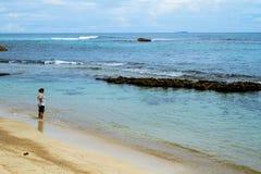 一个离开的热带海岛海滩的妇女 库存照片
