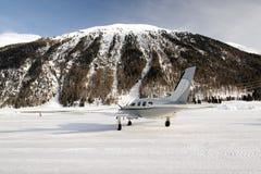 一个私人喷气式飞机在积雪的机场在阿尔卑斯瑞士在冬天 免版税库存照片