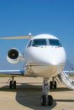 一个私人喷气式飞机坐空等候它的下次飞行 库存图片