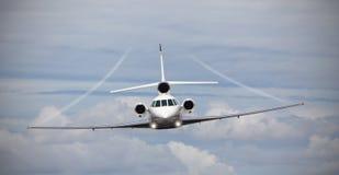 一个私人喷气式飞机的前面看法在空中的 免版税库存照片