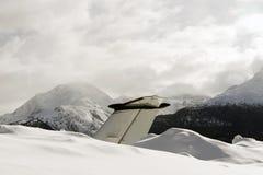 一个私人喷气式飞机的尾巴在雪的在圣盛生瑞士机场在冬天 免版税库存图片