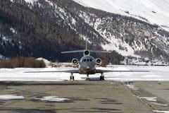 一个私人喷气式飞机的正面图在圣盛生瑞士机场在冬天 库存图片