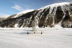 一个私人喷气式飞机的背面图在积雪的机场在阿尔卑斯瑞士在冬天 库存图片