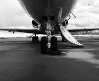一个私人喷气式飞机的起落架在黑&白色的 库存图片