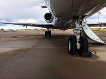 一个私人喷气式飞机的起落架 免版税图库摄影