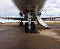 一个私人喷气式飞机的起落架 免版税库存图片