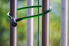 一个私有区域的玻璃门关闭保护挂锁与gree 图库摄影